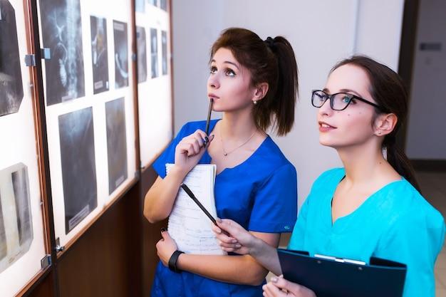 Grupa lekarzy studiujących sekcje mózgu. pojęcie edukacji zdrowotnej. uczniowie w klasie z prześwietleniami