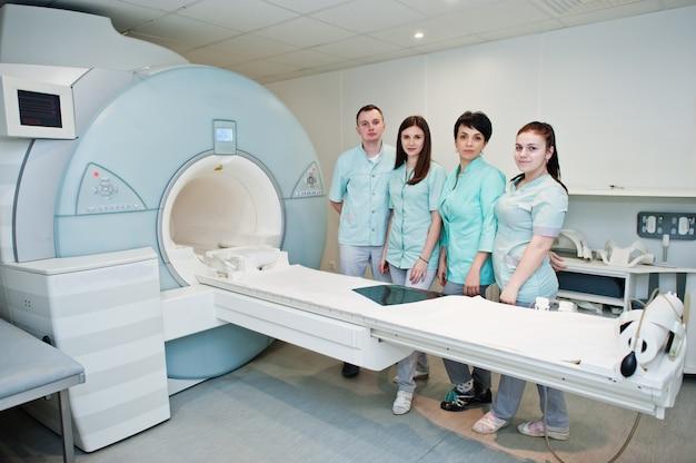 Grupa lekarzy w pobliżu urządzenia do rezonansu magnetycznego w szpitalu.