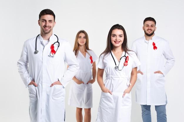 Grupa lekarzy z akwarela czerwoną wstążką