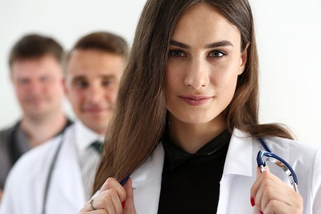 Grupa lekarzy ze stetoskopami