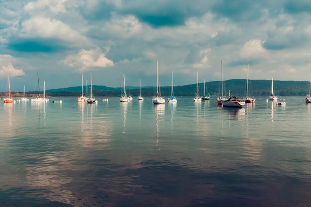 Grupa łodzi zacumowanych w jeziorze