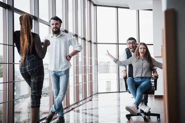 Grupa ludzi biznesu bawiąca się w biurze.
