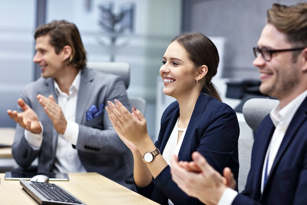 Grupa ludzi biznesu biorąca udział w konferencji
