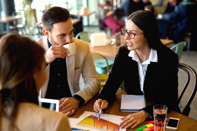 Grupa ludzi biznesu burzy mózgów wyzwań biznesowych.