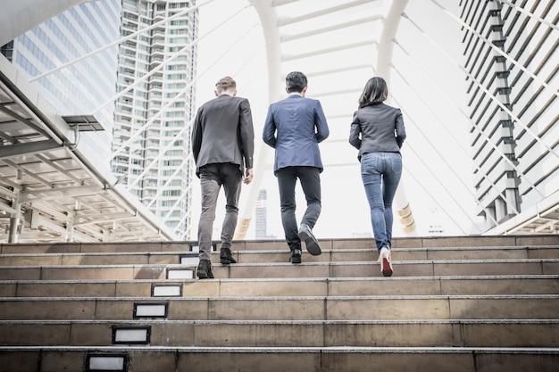 Grupa ludzi biznesu chodzenie po schodach drogą do pracy.