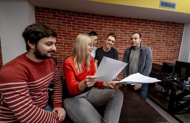 Grupa ludzi biznesu i programistów pracujących jako zespół w biurze. ludzie biznesu. spotkanie. plany dyskusji.