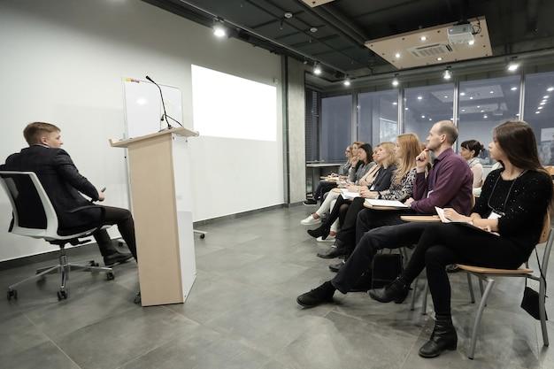 Grupa ludzi biznesu na seminarium w nowoczesnym biurze