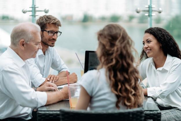 Grupa ludzi biznesu omawiających finansowe aspekty nowej umowy