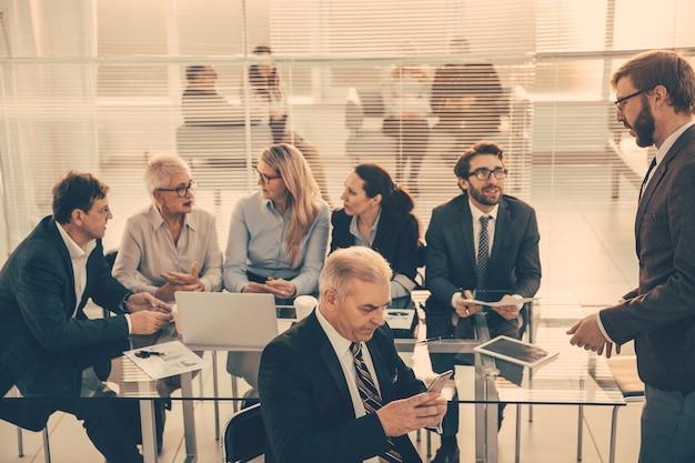 Grupa ludzi biznesu pracuje w nowoczesnym biurze. pomysł na biznes.
