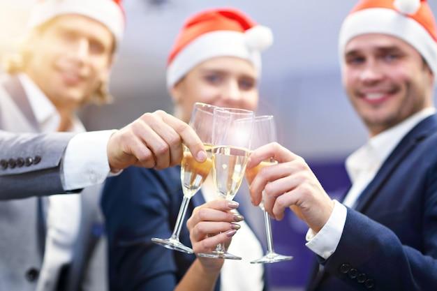 Grupa ludzi biznesu świętująca sukces w nowoczesnym biurze