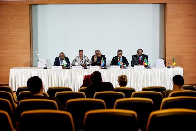 Grupa ludzi biznesu uczestniczących w dyskusji panelowej z odbiorcami