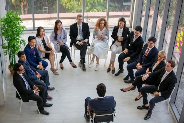 Grupa ludzi biznesu w business udanej edukacji na seminarium