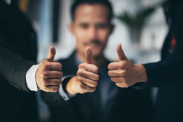 Grupa ludzi biznesu w koncepcji współpracy, aby odnieść sukces