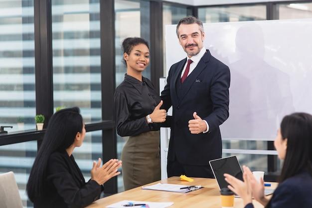 Grupa ludzi biznesu zespół świętuje sukces i wygrywając pokazując jedność