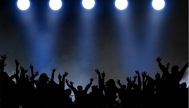 Grupa ludzi cieszących się koncertem wychodzącym z tańca
