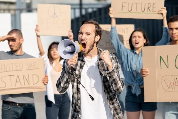 Grupa ludzi demonstrujących na rzecz pokoju