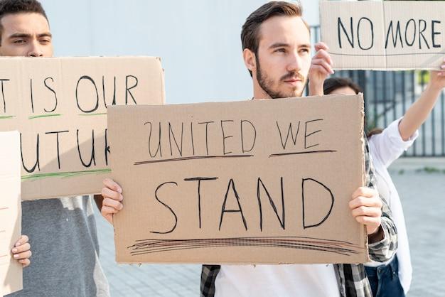 Grupa ludzi demonstrujących razem