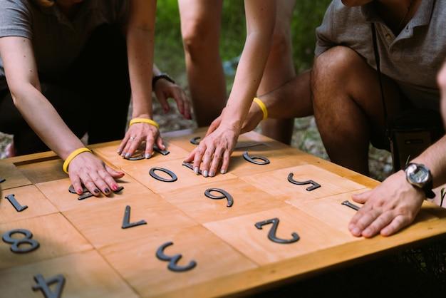 Grupa ludzi grających w gry z liczbami