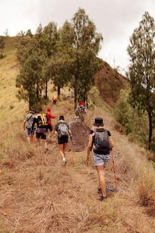 Grupa ludzi idących na trekking. bali
