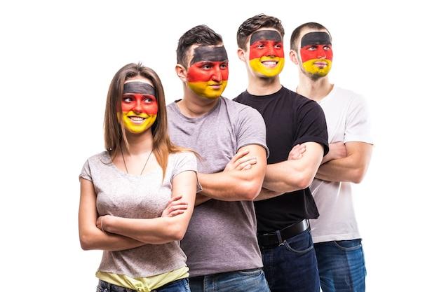 Grupa ludzi kibiców kibiców reprezentacji niemiec z pomalowaną twarzą flagi. emocje fanów.