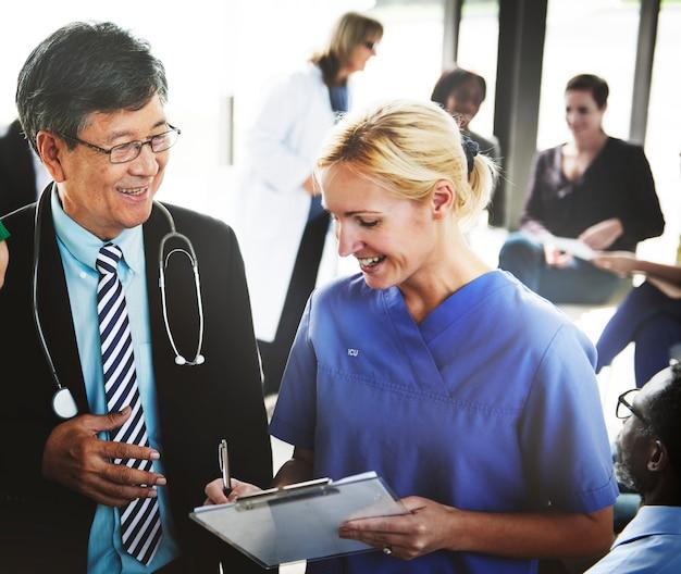 Grupa ludzi medycznych o spotkaniu