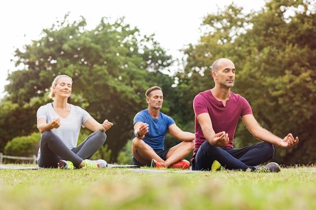 Grupa ludzi medytujących