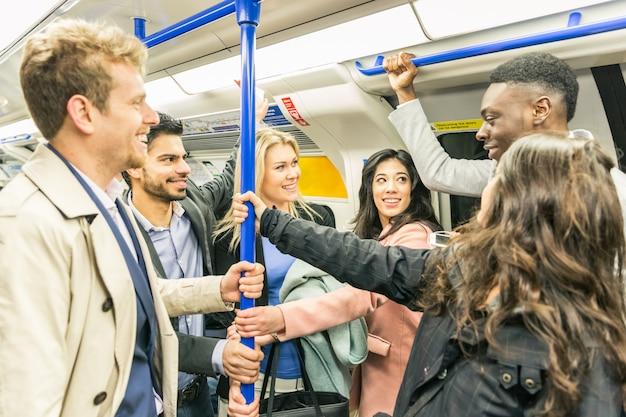 Grupa ludzi na pociągu metra w londynie