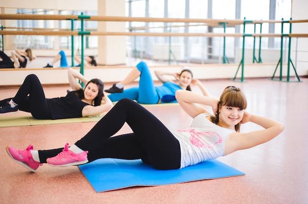 Grupa ludzi na siłowni w klasie rozciągania