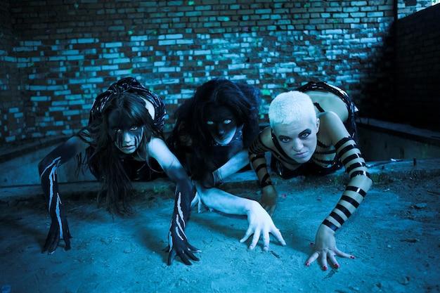 Grupa ludzi o agresywnej sztuce twarzy, kostiumach na halloween