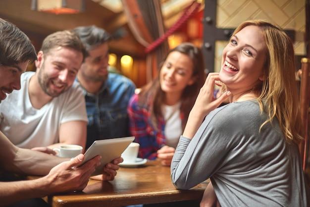 Grupa ludzi odpoczywa w kawiarni