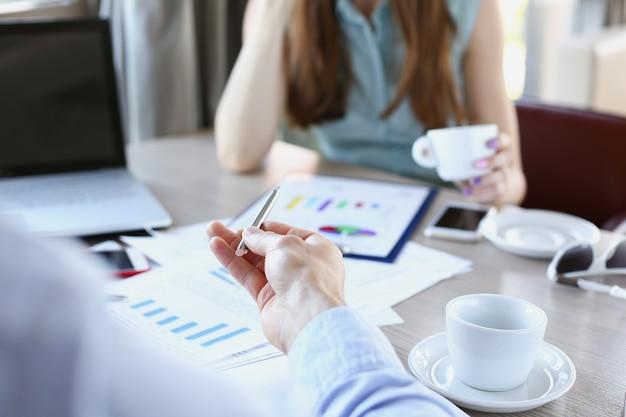 Grupa ludzi omawia plan w miejscu pracy