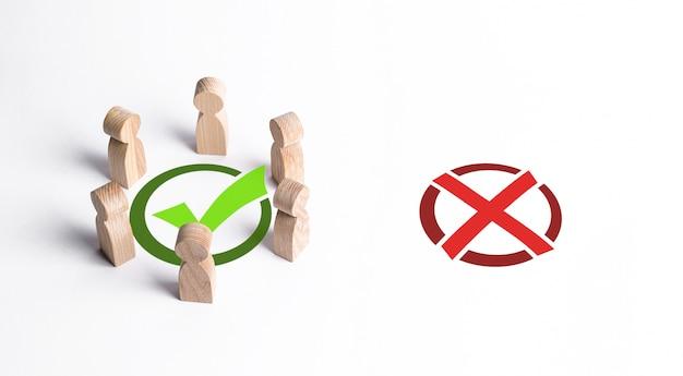 Grupa ludzi otoczyła zielony znacznik wyboru, ignorując czerwony znak x. właściwy wybór zbiorowy, inteligentna strategia i dalekowzroczność. profesjonalizm, współpraca i współpraca. publiczna zgoda.