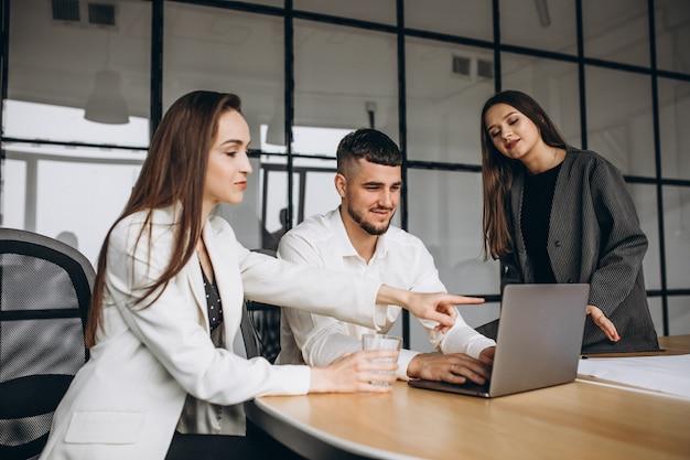 Grupa ludzi pracująca biznes plan w biurze