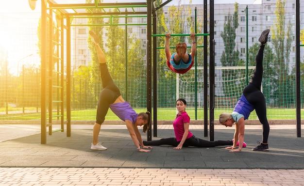 Grupa ludzi pracujących na siłowni na świeżym powietrzu