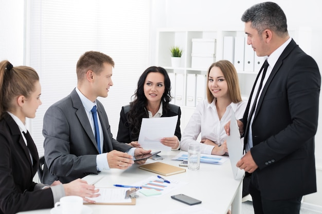 Grupa ludzi pracujących w biurze. koncepcja życia biurowego