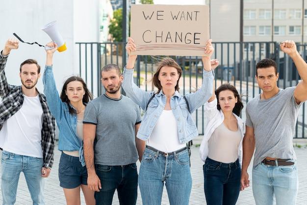 Grupa ludzi protestujących przeciwko zmianie