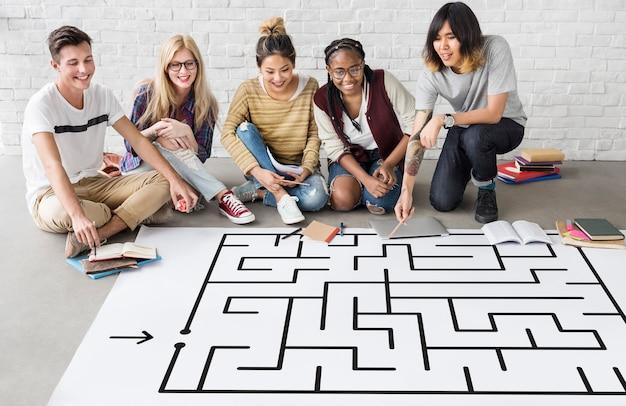 Grupa ludzi przeprowadzająca burzę mózgów na temat koncepcji zagadki