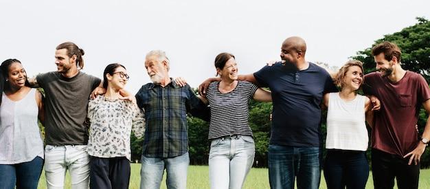 Grupa ludzi, przytulanie siebie w parku