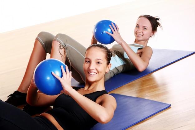 Grupa ludzi robi ćwiczenia fitness