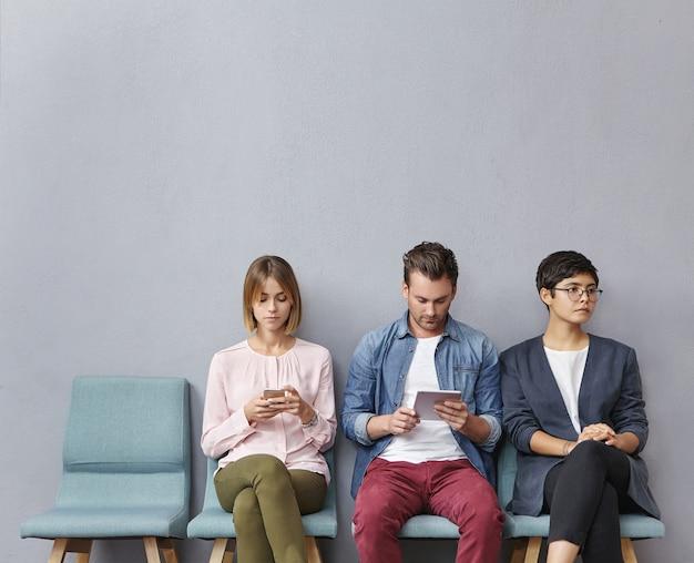 Grupa ludzi siedzi w poczekalni