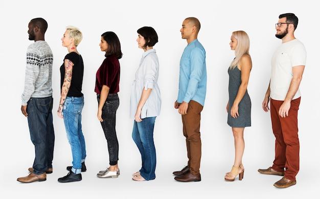 Grupa ludzi stojący w kolejce razem