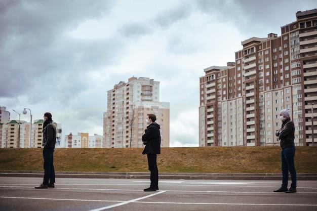 Grupa ludzi stojących w kolejce w bezpiecznej odległości. zdjęcie z miejscem na kopię