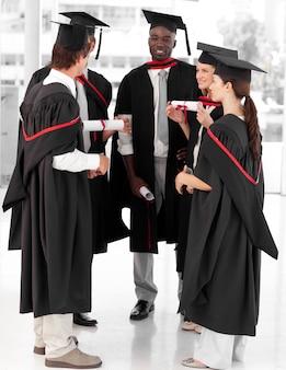 Grupa ludzi świętować ich ukończenie szkoły