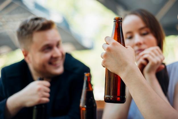 Grupa ludzi świętuje picie alkoholu