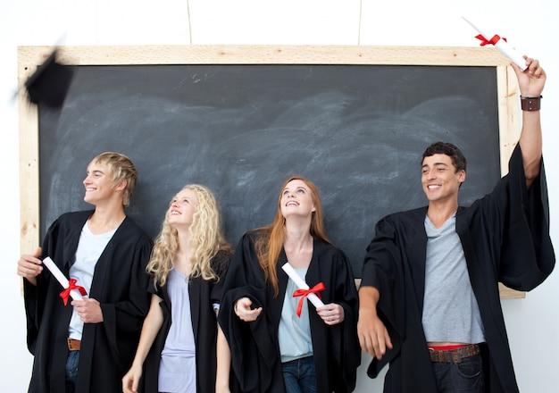 Grupa ludzi świętuje po ukończeniu szkoły