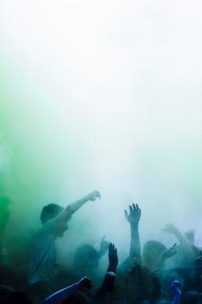 Grupa ludzi tańczących w kolorach holi