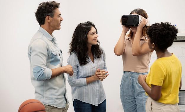Grupa ludzi używa okularów wirtualnej rzeczywistości w biurze