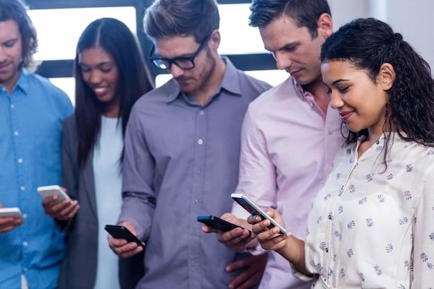 Grupa ludzi używa smartphone