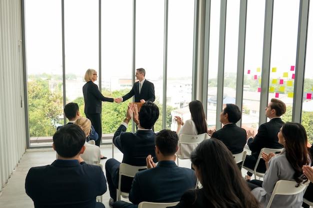 Grupa ludzi w firmowym seminarium szkoleniowym, wydarzeniu konferencyjnym lub szkoleniu edukacyjnym. zarządzanie miejscem pracy w przedsiębiorstwie i wydajność rozwoju.