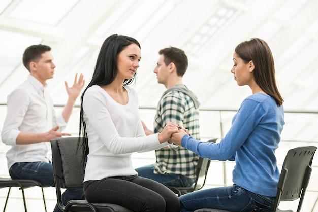 Grupa ludzi wspiera i dyskutuje w małych grupach.